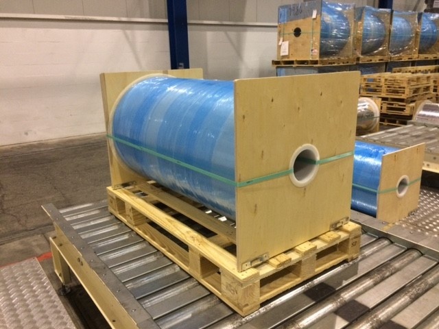 End boards (end fitments) in place on roll suspension packaging