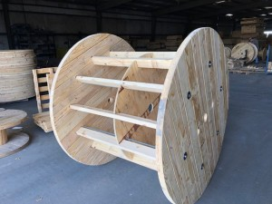 Reel for the acrylic sheeting industry